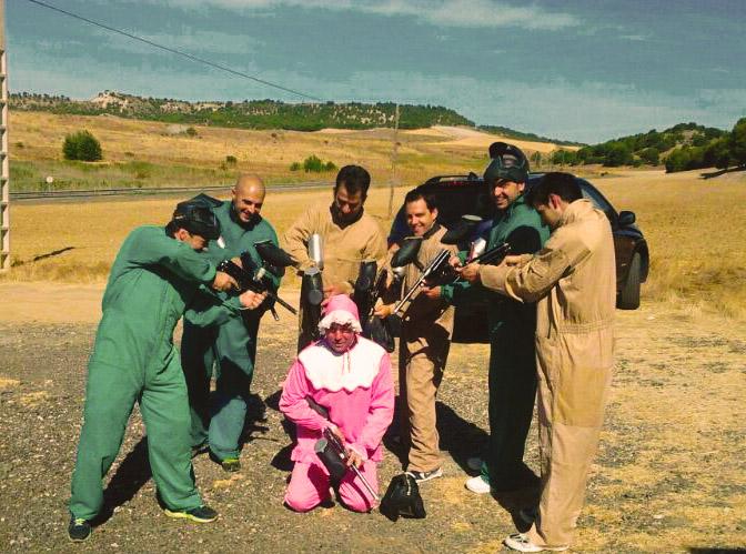 foto disparando a novio rosa